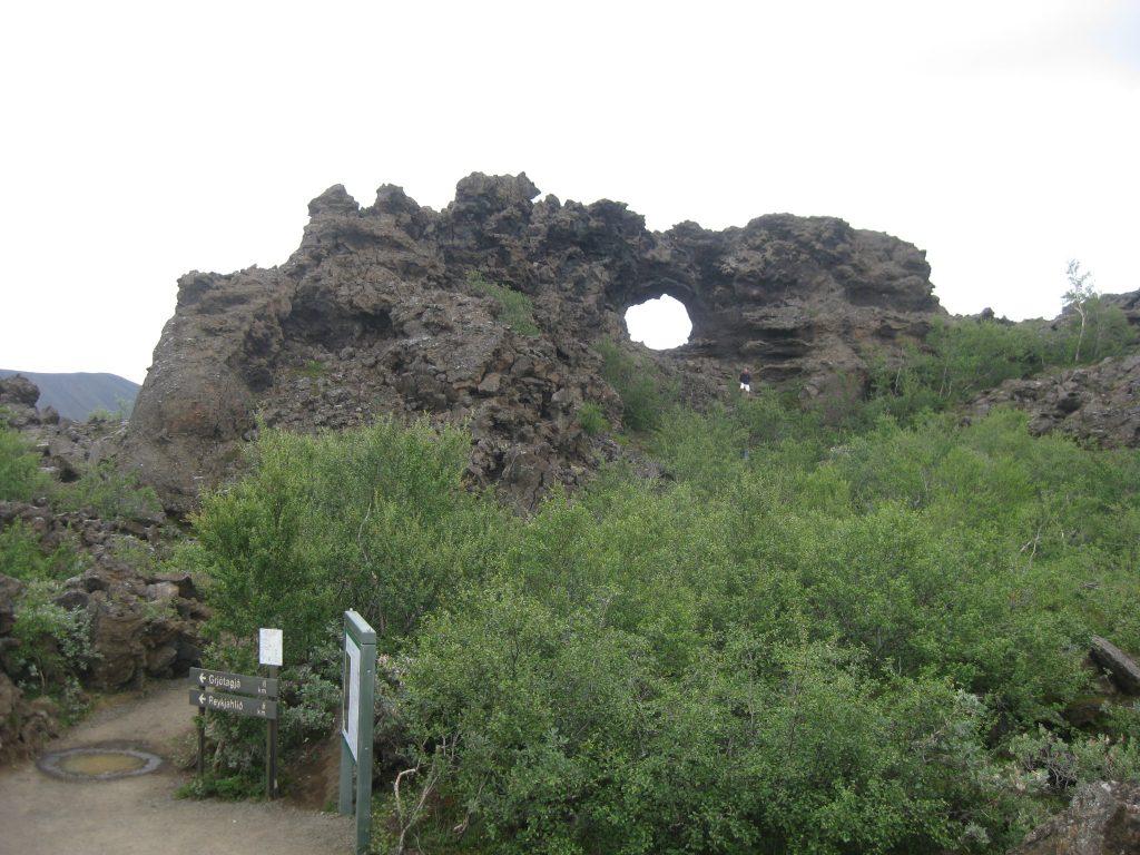 Замысловатые очертания застывшей лавы в Диммуборгир