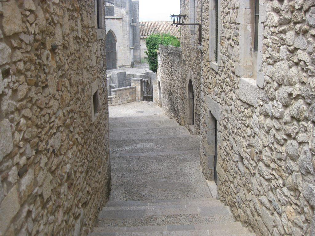 Сразу за собором вьётся улочка епископа Картаньи, где слепая Арья просила милостыню. От Королевской Гавани до Браавоса — не больше сотни шагов
