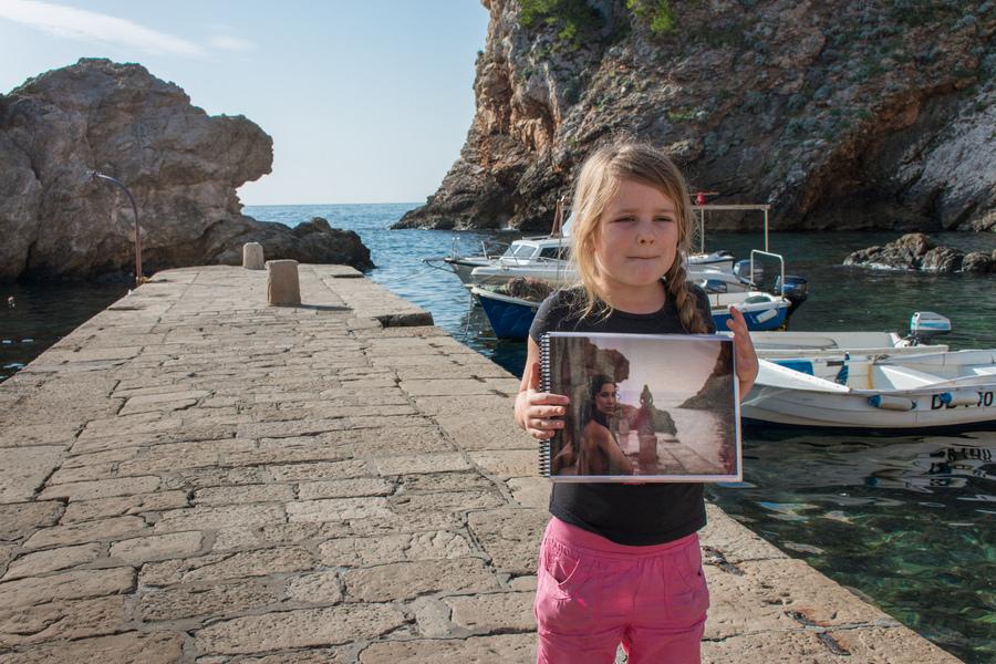 Юная поклонница сериала на пешей экскурсии по Черноводному заливу