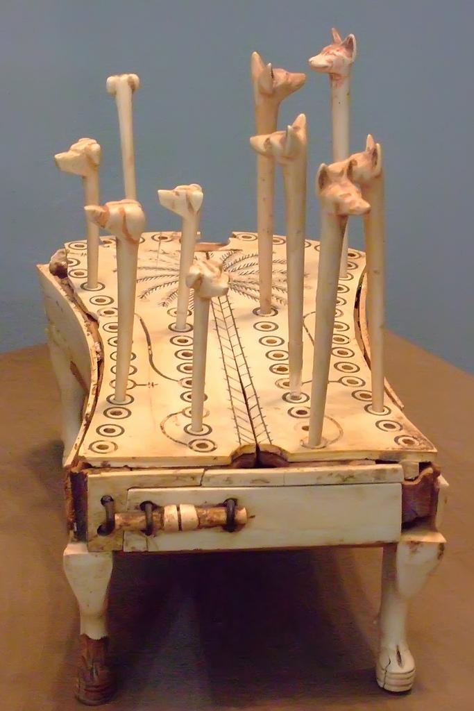 Резной костяной набор для игры шен, найденный в гробнице принцессы Ренхисенхеб, — один из прекрасных образцов древнего искусства