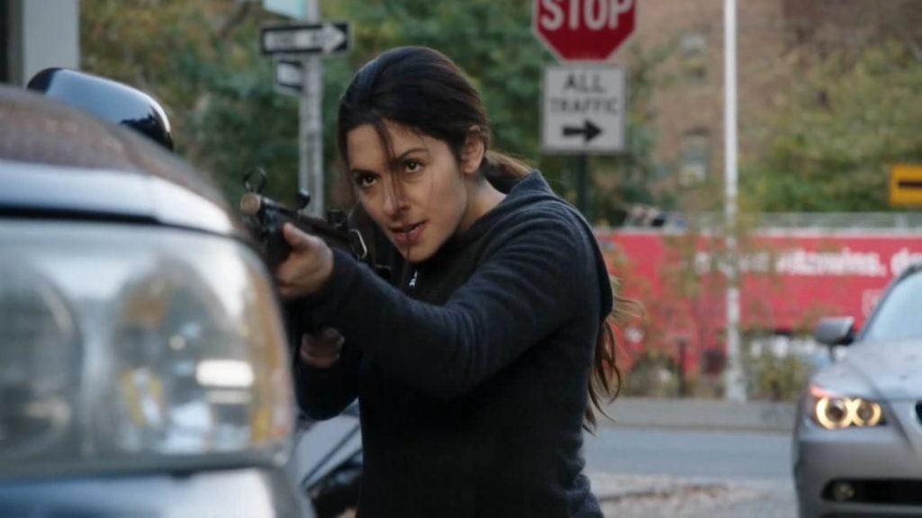 После долгого отсутствия в сериал вернулась Самин Шоу (Сара Шахи). Возвращение вышло в духе героини: со сломанными носами и свистящими над головой пулями