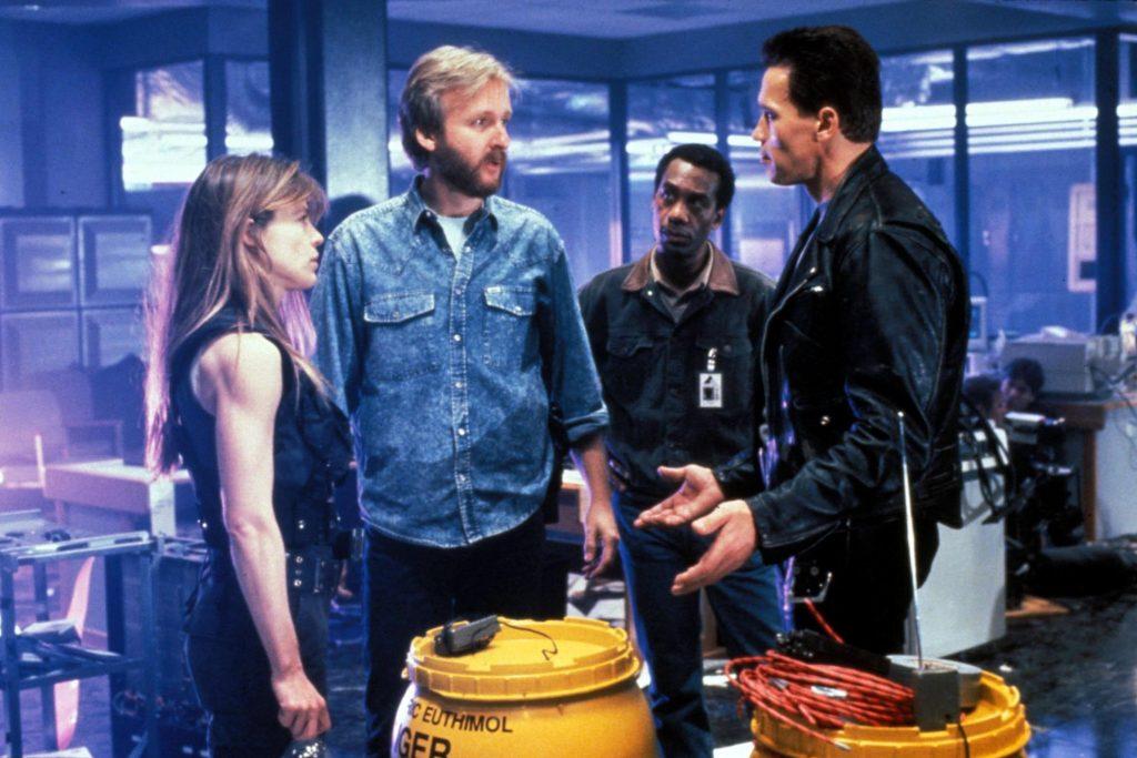 Джо Мортон (на заднем плане) готовится к сцене смерти Дайсона
