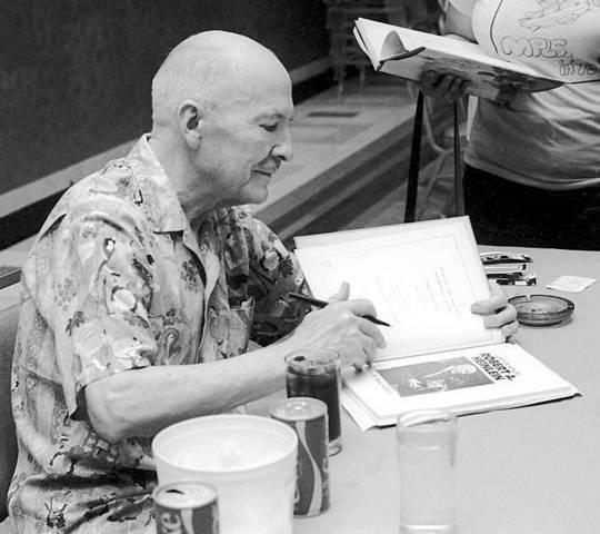 Хайнлайн дает автографы на конференции Worldcon в 1976 году.