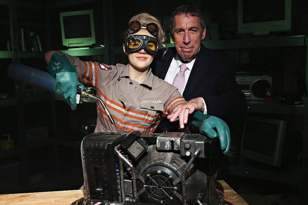 Айвен Райтман всё же побывал на съёмках ремейка. Здесь он с Кейт Маккиннон