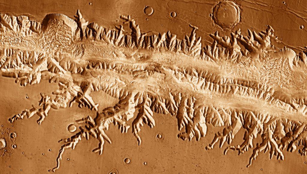На современных фотографиях Марса каналов нет, но можно видеть древние русла рек