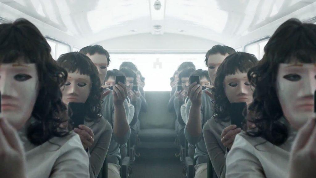 Безэмоциональные маски людей, уткнувшихся в гаджеты: жутковатый образ будущего. Или настоящего