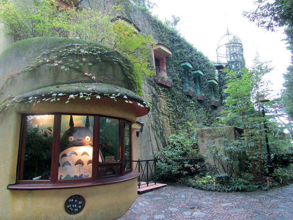 Билетёр Тоторо на входе в музей Ghibli