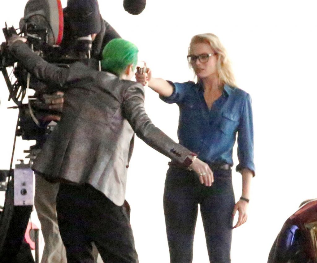 margot-robbie-on-the-set-of-suicide-squad-in-toronto-05-17-2015_7[1]
