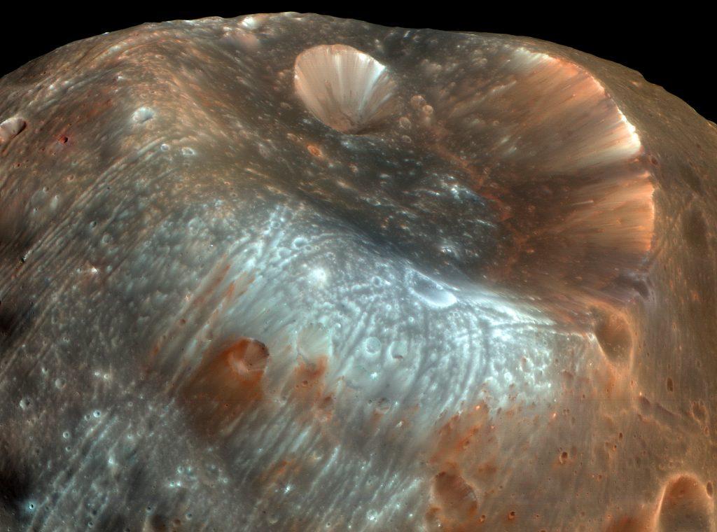 (NASA/JPL/University of Arizona) — Полые Фобос и Деймос, а также гигантские искусственные спутники планеты Владислава упоминаются в романах братьев Стругацких
