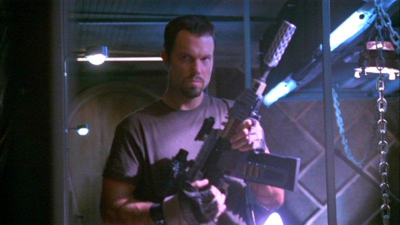 Вера, любимый автомат Джейна,— это модифицированный карабин Ижмаш «Сайга-12», который доэтого засветился вкомедийном боевике «Шоу начинается»