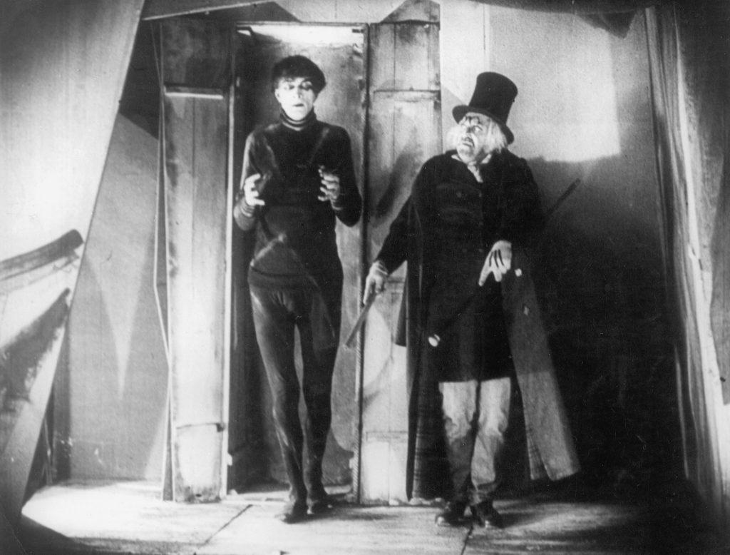 «Кабинет доктора Калигари», классика немецкого экспрессионизма, выглядит так, будто Бёртон снимал: тут и Эдвард Руки-Ножницы, и Пингвин налицо