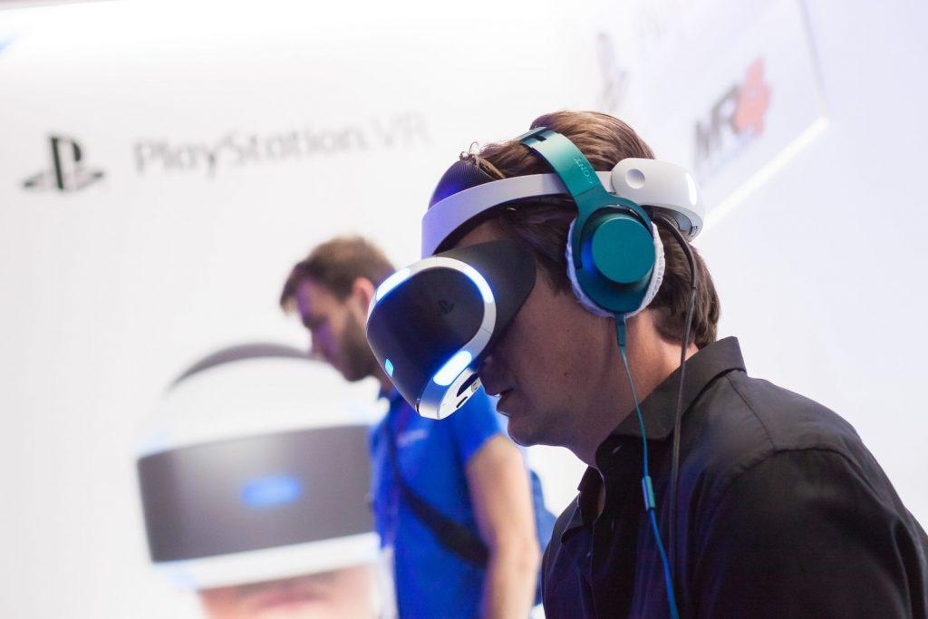 Нэйтан Филлион играет на стенде PlayStation