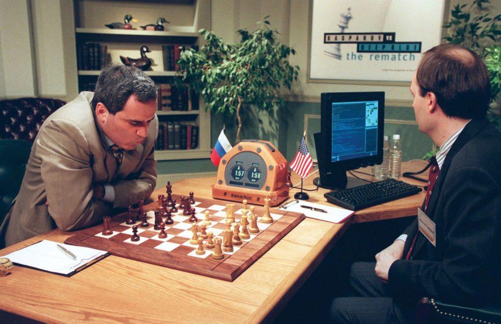 Чемпион мира по шахматам Гарри Каспаров играет против компьютера Deep Blue в 1997 году. Каспаров проиграл, был сильно этим расстроен и отказался признавать результаты соревнования и зарёкся впредь играть с роботами