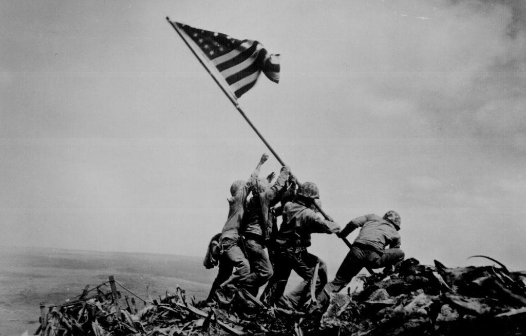 Сами японцы верили, что страшны вближнем бою. Только под занавес Второй мировой, всражении заостров Иводзима, они попробовали невыбегать навстречу врагу с криком «Банзай!», аотстреливаться, оставаясь вукрытиях. Это была единственная битва насуше, вкоторой американцы понесли большие потери, чем японцы