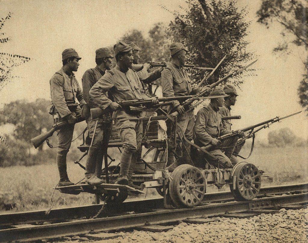 Вяпонской дивизии эпохи Второй мировой напять солдат приходилось лишь три винтовки. Возчиков, строителей, санитаров ипрочий «вспомогательный персонал» японцы изэкономии вооружали только штык-ножами