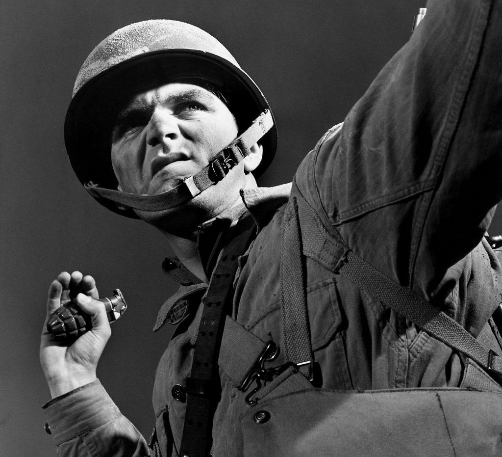 Есть множество фильмов икниг ометких стрелках идаже ометателях ножей, нотакое боевое искусство, как умение далеко иточно кидать гранаты, сильно недооценивается. Хотя вреальности при штурме вражеских позиций ручные гранаты— наиболее действенное оружие пехоты