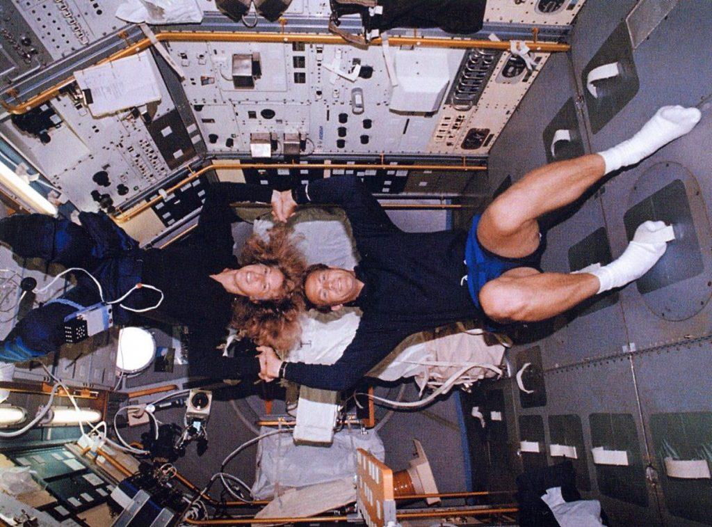 Показать секс в космосе
