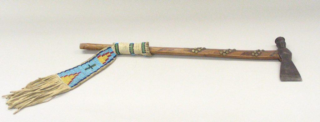 Метательный топорик — томагавк — ошибочно считается изобретением американских индейцев. Но сами ирокезы не ковали железное оружие. Удобные «ременные» топоры они покупали у европейских колонистов