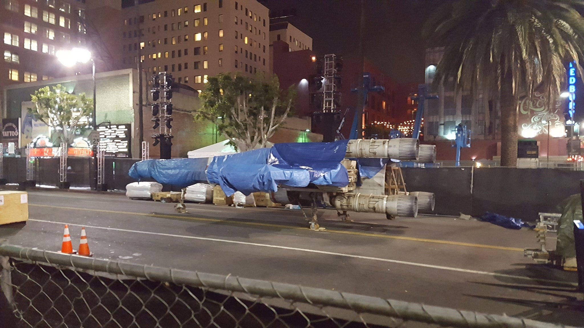 К премьере «Изгоя-один» в Лос-Анджелес привезли X-Wing в натуральную величину