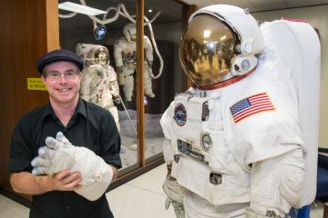 Автор «Марсианина» будет снимать сериал про астронавтов