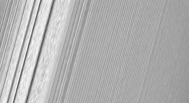 Станция «Кассини» сделала детальные кадры колец Сатурна