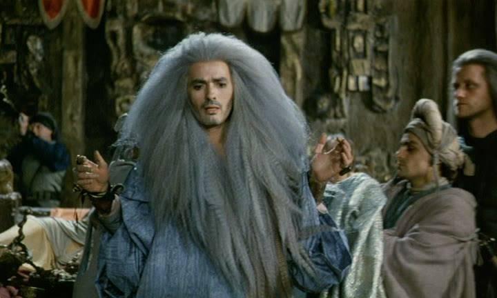 Одна из самых запоминающихся деталей в «Трудно быть богом» 1989 года — пепельные гривообразные причёски местной знати