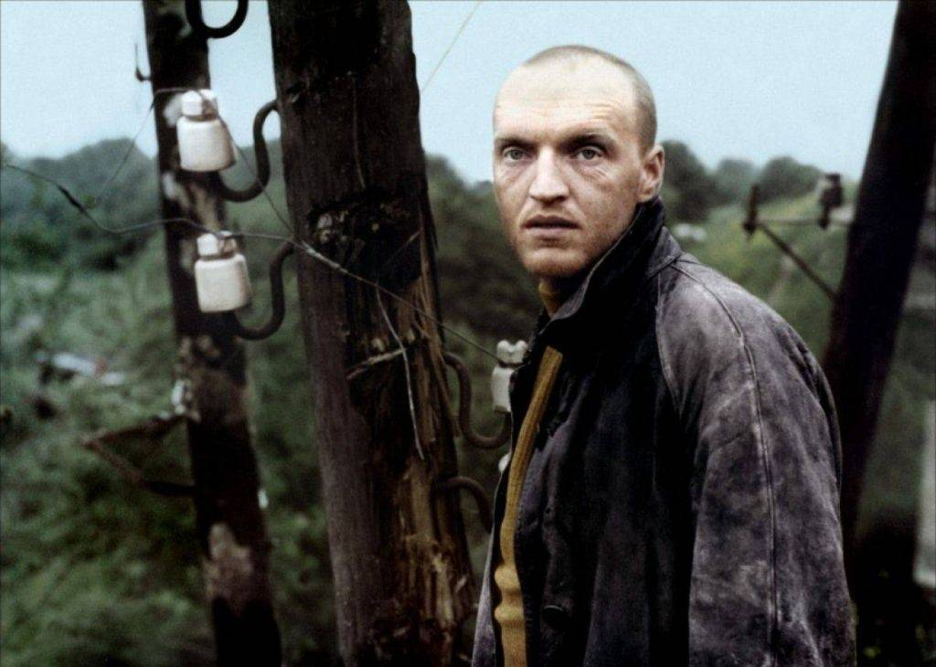 Кайдановский последовательно сыграл двух персонажей: сперва крутого парня Алана, а потом — безымянного юродивого сталкера. К сожалению, первого мы никогда не увидим