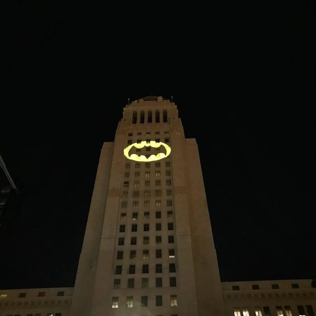 В честь Адама Уэста в Лос-Анджелесе установят памятник в виде бэт-сигнала 1