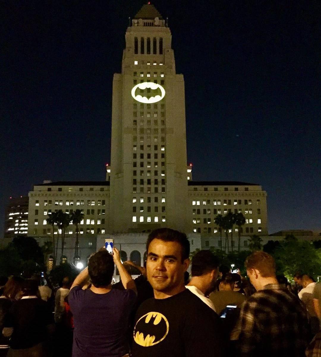 В честь Адама Уэста в Лос-Анджелесе установят памятник в виде бэт-сигнала 3