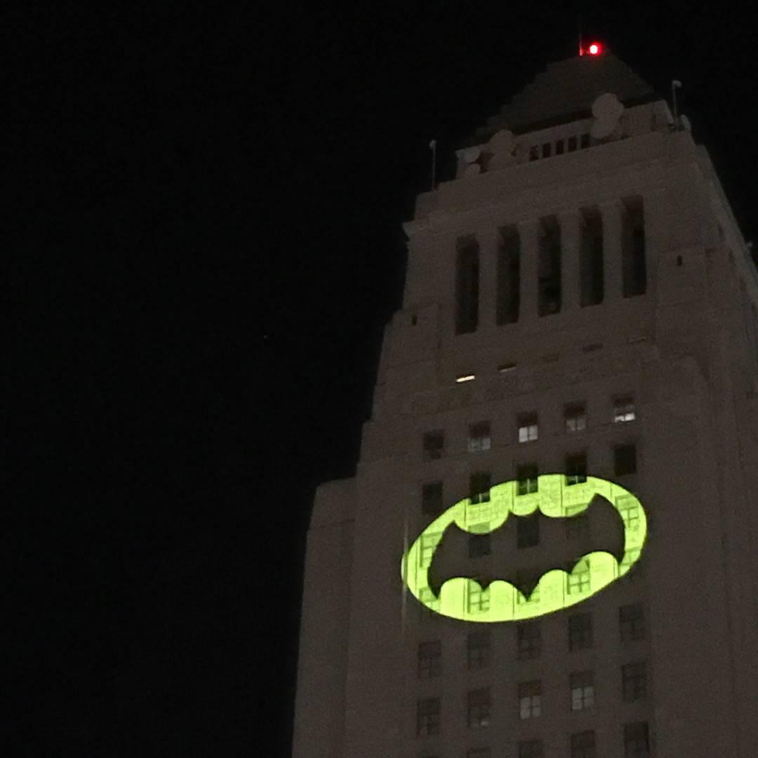 В честь Адама Уэста в Лос-Анджелесе установят памятник в виде бэт-сигнала 2