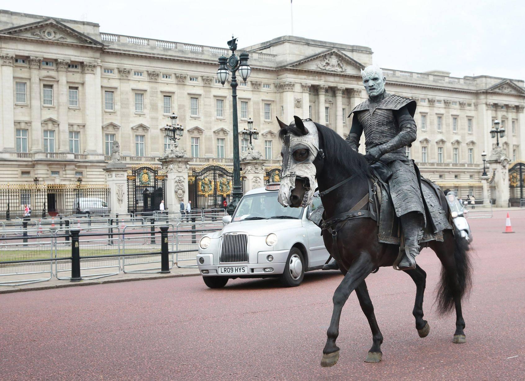Фото: Белые ходоки из «Игры престолов» прошлись по Лондону 12