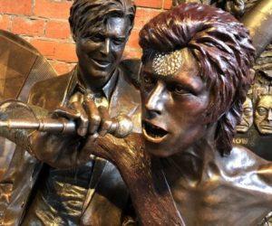 В Великобритании открыли первый памятник Дэвиду Боуи