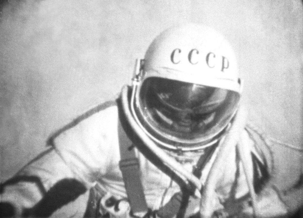 Алексей Леонов вышел в открытый космос