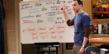 10 раз, когда «Теория Большого взрыва» научила нас любить науку Кристина Гизатулина  Телеканал CBS заявил о закрытии ситкома «Теория Большого взрыва» на 12 сезоне. За 10 лет, которые мы провели с Шелдоном, Леонардом, Раджем и Говардом, мы освоили 3D- шахматы, закупились пряжками со световыми мечами и осилили интернет-шоу о флагах, но, что более важно, полюбили науку.  Герои ситкома часто задавались несерьезными вопросами: почему имя и фамилия героев Стэна Ли начинаются с одной и той же буквы (Питер Паркер, Стивен Стрэндж), можно ли поднять молот Тора, кто лучше всего сыграл Бэтмена и есть ли дыры в сюжете «Индианы Джонса».  Но как шоу Профессора Протона в своё время заставило наших ботаников пойти в науку, так и нам стал ближе загадочный мир физики, нейробиологии и других областей наук, которые  нетривиально преподносилась на протяжении 11 выпущенных сезонов. Множество учёных и популяризаторов науки снялись в сериале: Стивен Хокинг, Бил Най, Илон Маск, Брайан Грин, Джордж Смут. Главные герои — однофамильцы лауреатов Нобелевской премии по физике Леона Нила Купера и Роберта Хофштадтера. Самые разные изобретения, открытия и теории получили новую жизнь в сериале о профессиональных гиках.  Большой взрыв  Название сериала перекликается с космологической моделью Большого взрыва. В астрофизике это означает взрывной процесс, породивший Вселенную. Возникла она из скопления элементарных частиц огромной плотности, давления и температуры. Если вслушаться в слова песни из заставки сериала, проще понять суть этой теории:  Наша Вселенная была горячей и плотной, Но 14 миллиардов лет назад начала расширяться.  Земля начала охлаждаться, автотрофы — пускать слюни,  Неандертальцы изобрели орудия... А всё началось с большого взрыва!  Эффект Доплера (1 сезон серия 6)  Неразлучный квартет получает приглашение на костюмированную вечеринку у Пенни. После того, как все поголовно наряжаются в костюмы Флэша, друзья решают выбрать альтернативные наряды. Шелдон Купер не хочет изображать Робина Гу