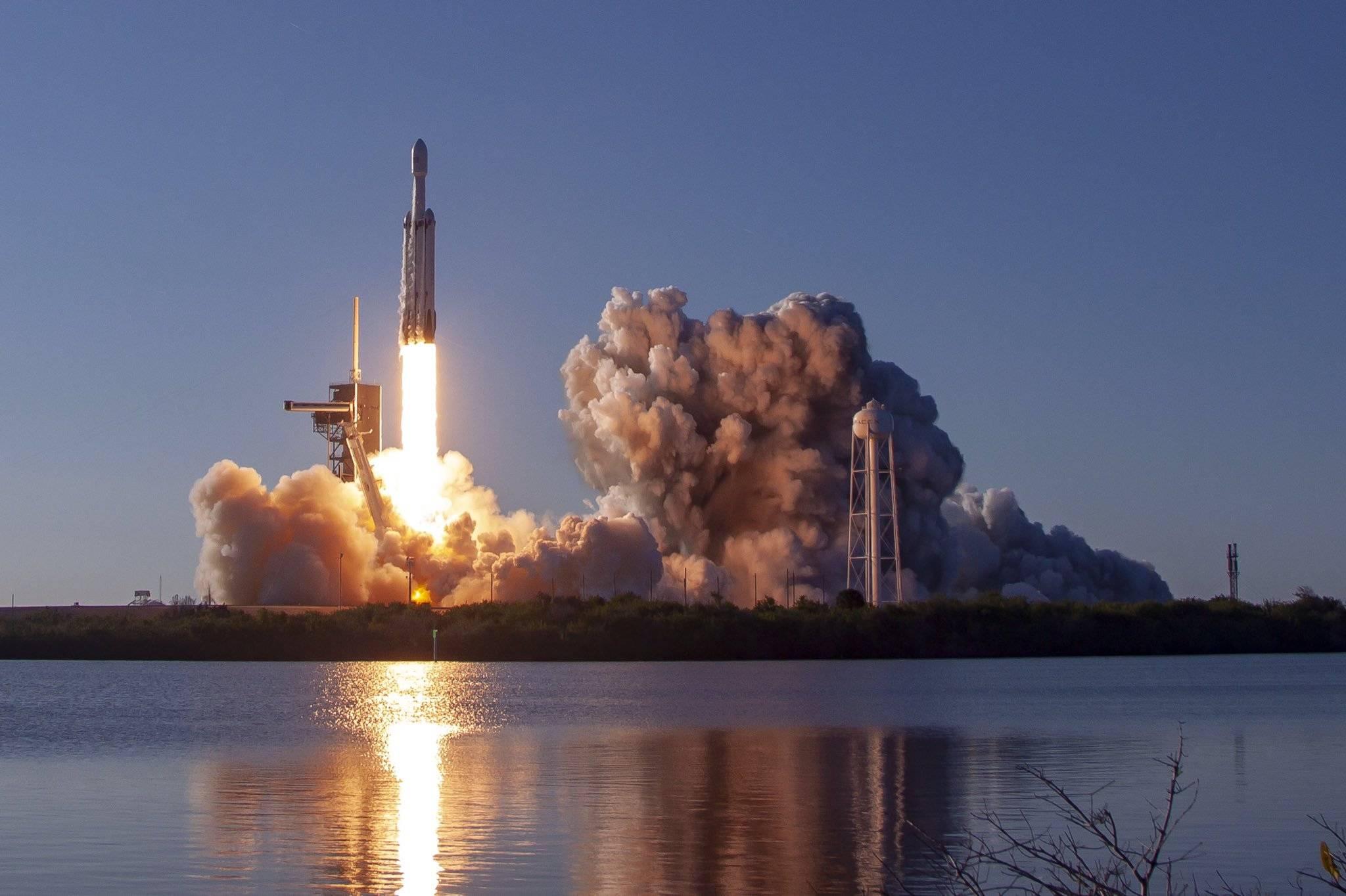 SpaceX провела первый коммерческий запуск Falcon Heavy и посадила разгонную ступень и оба ускорителя