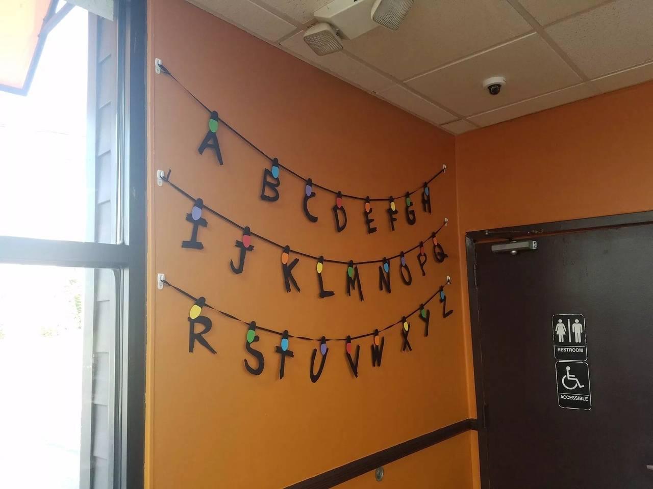 «Баскин Роббинс» стилизовал свои кафе в честь премьеры третьего сезона «Очень странных дел»