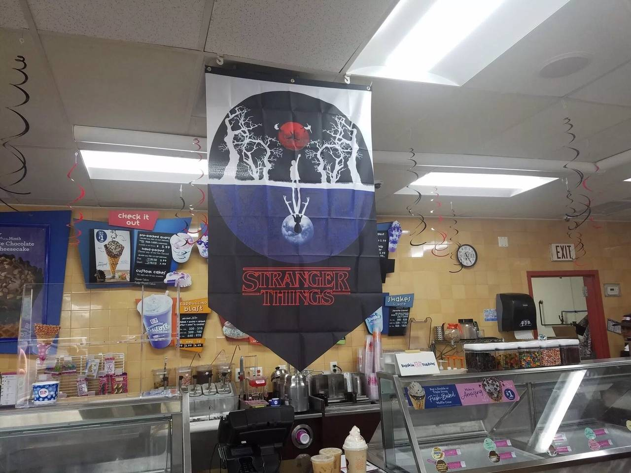 «Баскин Роббинс» стилизовал свои кафе в честь премьеры третьего сезона «Очень странных дел» 4