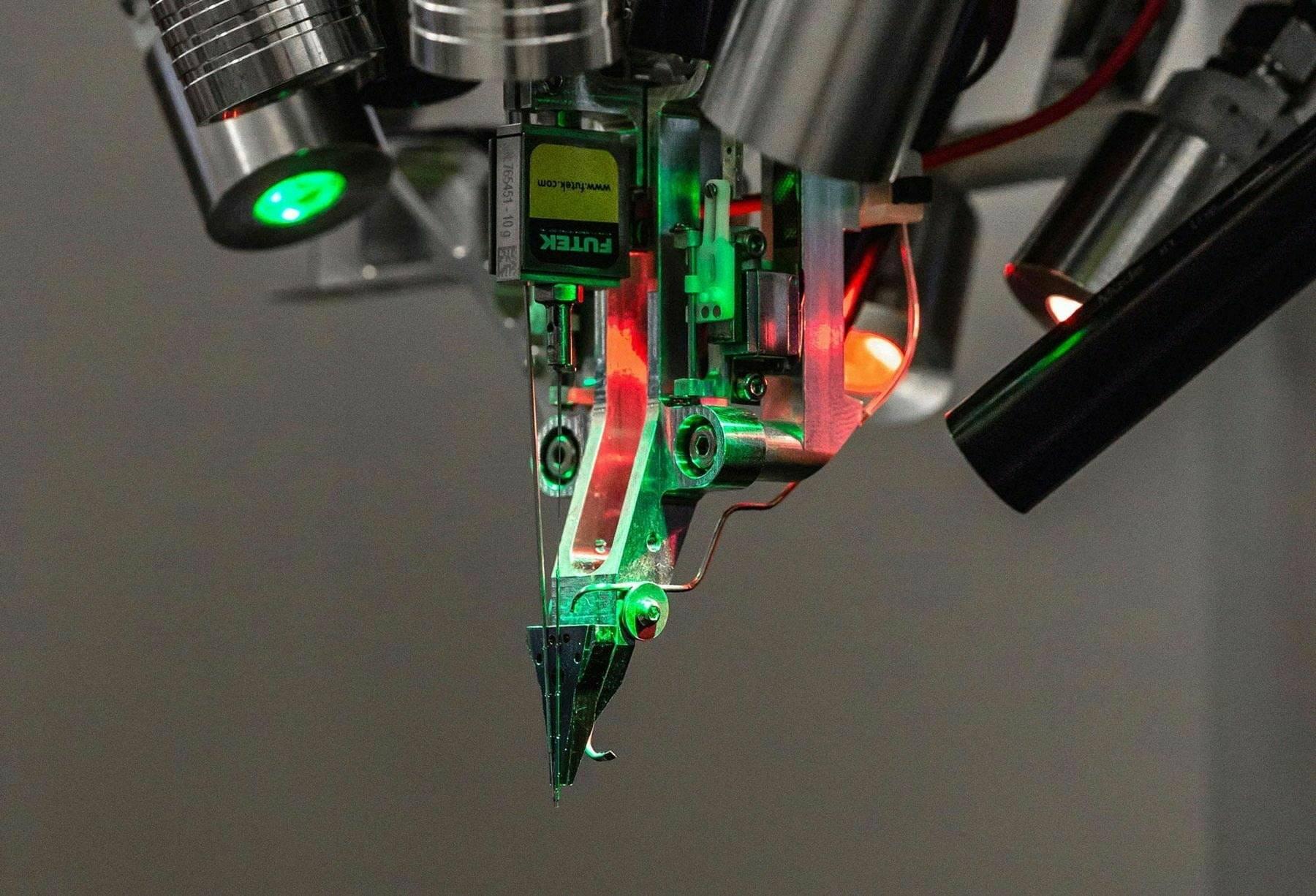 Илон Маск представил свой нейроинтерфейс на основе встроенных в мозг «нитей» 2