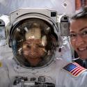 Впервые в истории сразу две женщины вышли в открытый космос