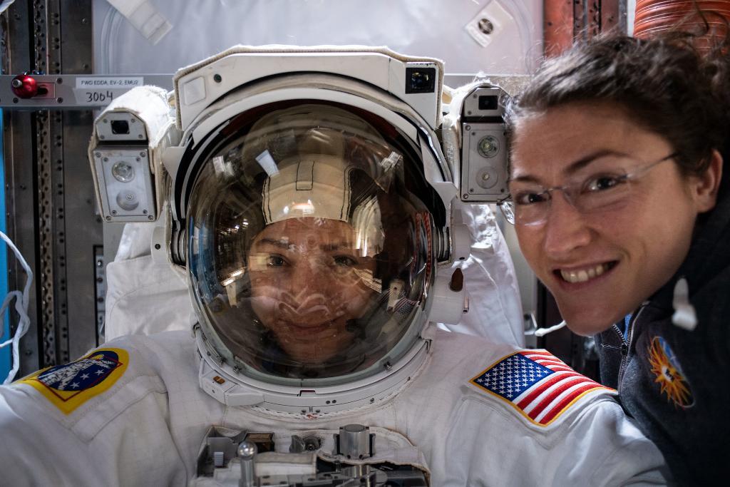 Впервые в истории сразу две женщина вышли в открытый космос