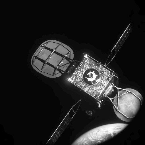 Сервисный космический аппарат состыковался сдействующим спутником прямо наорбите