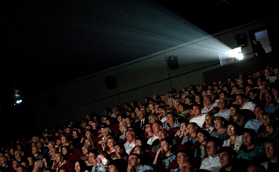 После открытия кинотеатров в России посетителей обяжут носить маски и перчатки