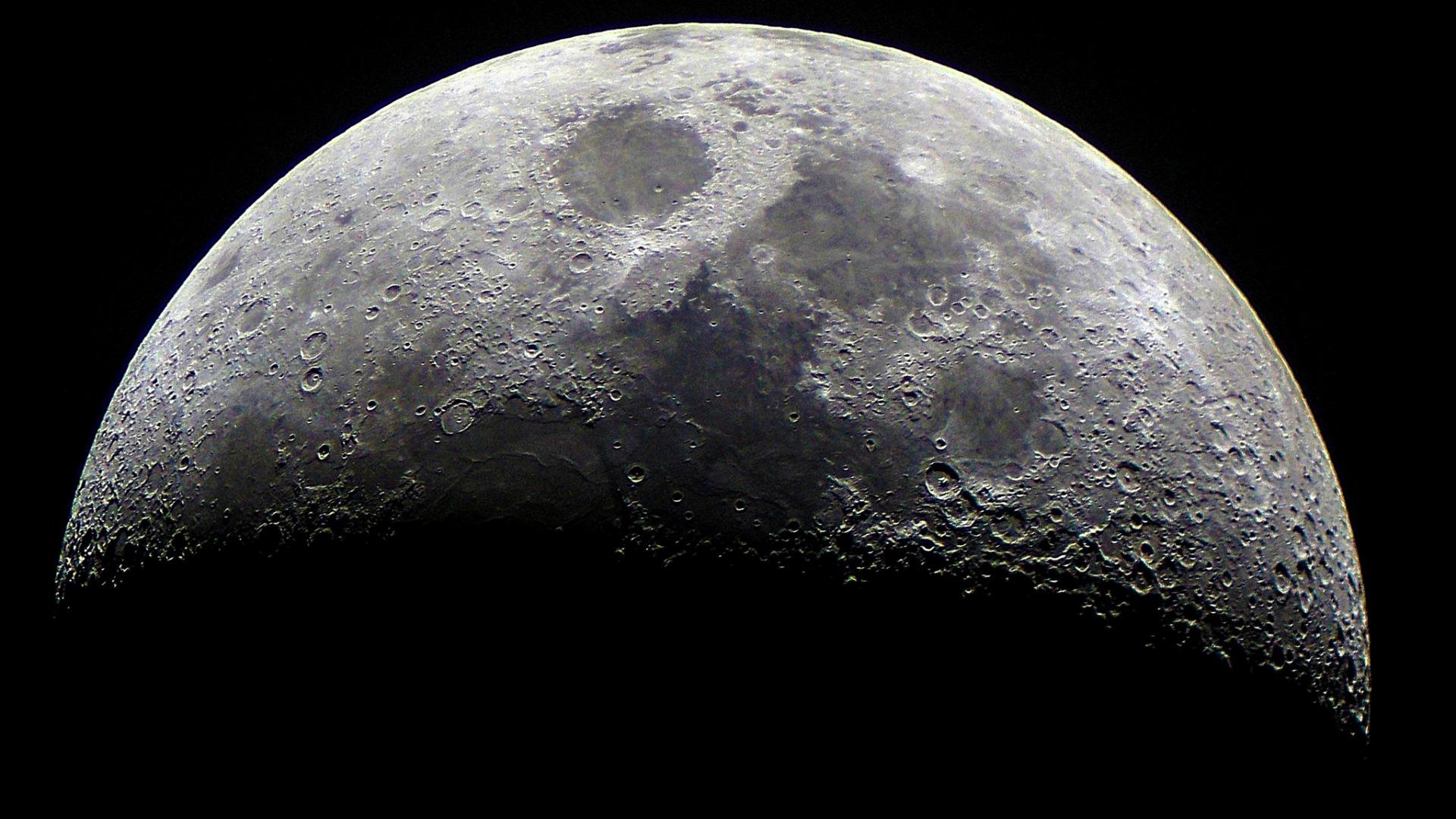 Специалисты NASA обнаружили воду на освещаемой части Луны