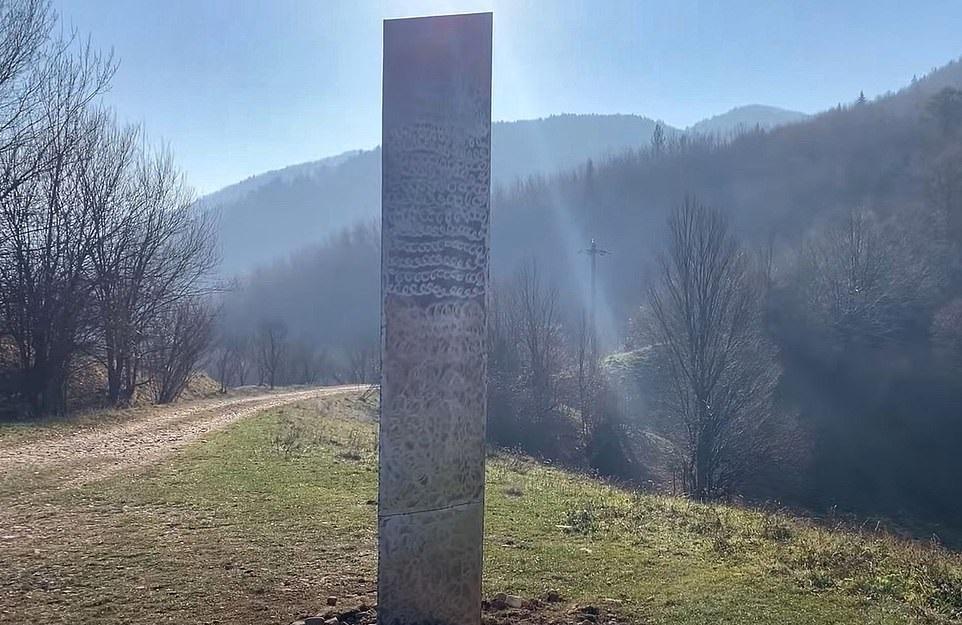 В Румынии нашли другой загадочный монолит. Он появился на прошлой неделе 2