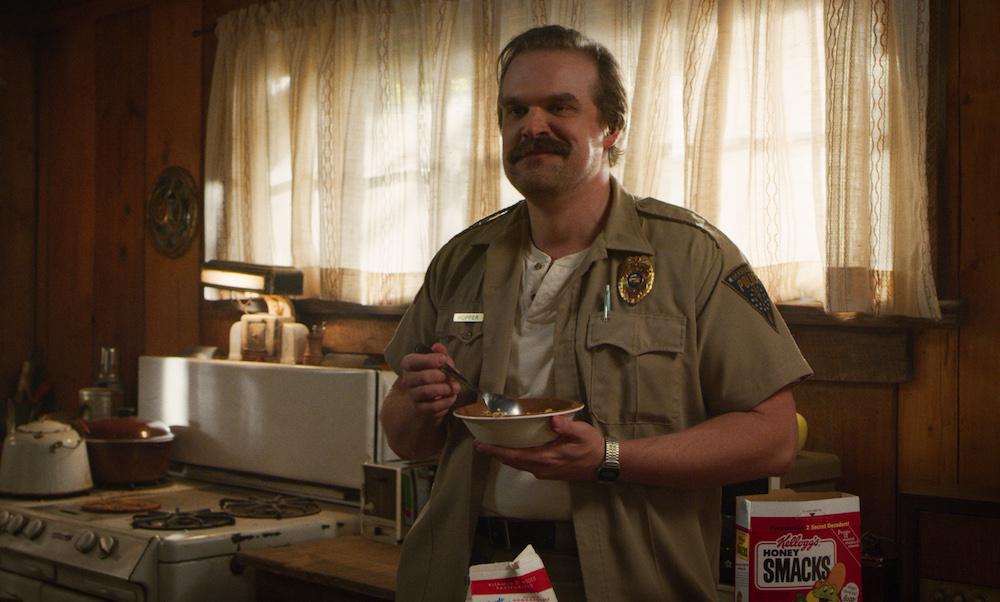 Вот каким был шериф Хоппер вчерновике «Очень странных дел». Его могли сыграть Эван Макгрегор или Сэм Рокуэлл