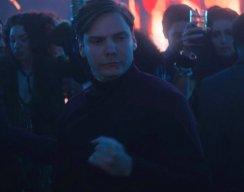 Мем: барон Земо из «Сокола и зимнего солдата» неловко танцует под любую музыку